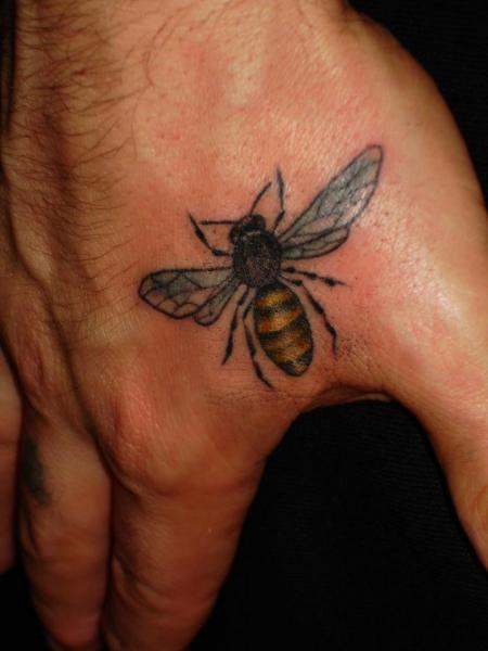 Hand Biene Tattoo von Chad Koeplinger