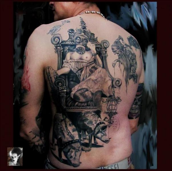Realistische Frauen Rücken Schwein Gas Masken Tattoo von Morbida Tattoo