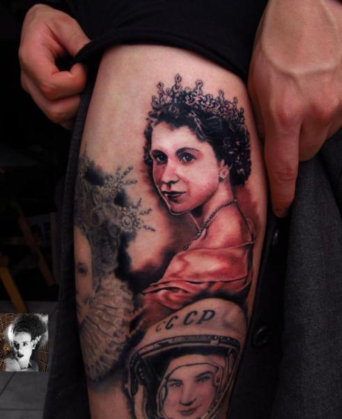 Tatuaje Retrato Realista Muslo por Morbida Tattoo