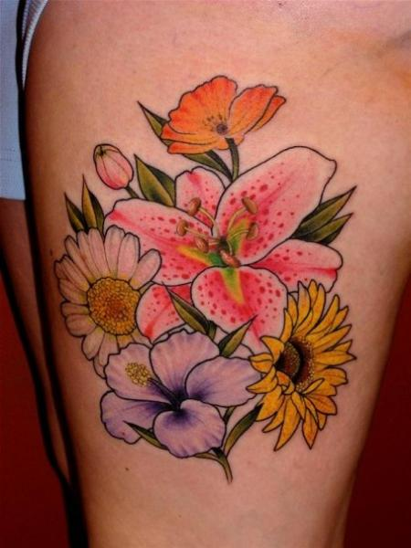Realistische Blumen Oberschenkel Tattoo von Da Vinci Tattoo
