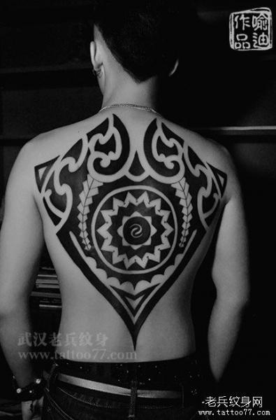 Tatuaje Espalda Tribal Maori por Tattoo 77