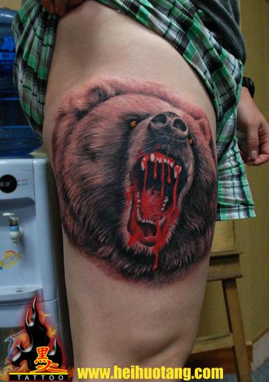 Realistische Bein Bären Blut Tattoo von Heihuotang Tattoo