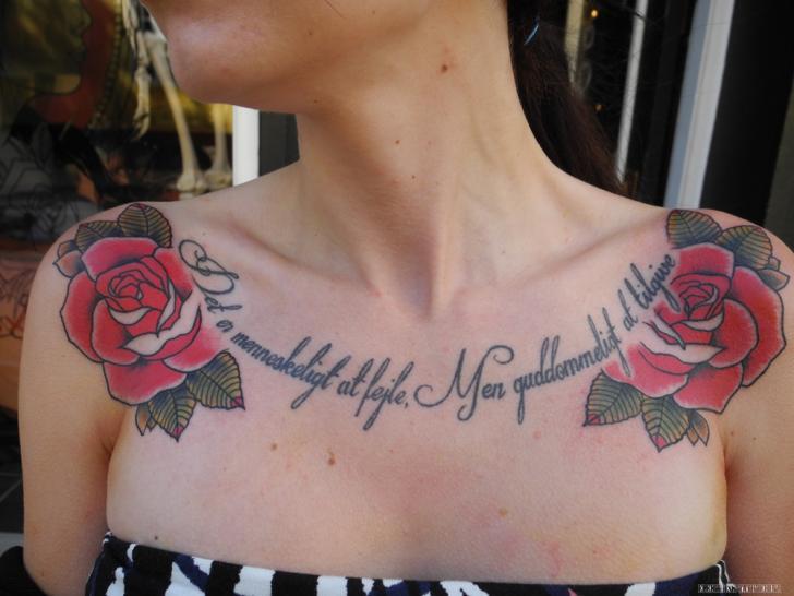 Tatuaje Flor Letras Pecho por Elektrisk Tatovering