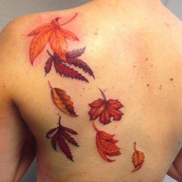Tatuaje Realista Espalda Hoja por Art and Soul Tattoo