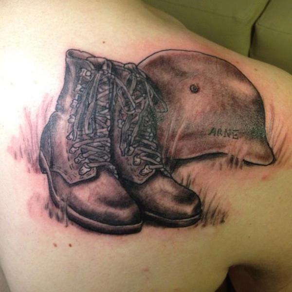 Schulter Realistische Helm Schuhe Tattoo von Art and Soul Tattoo