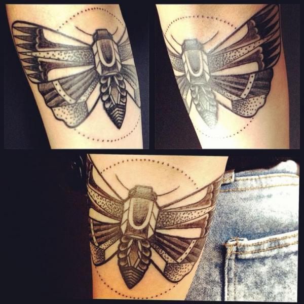 Arm Dotwork Motte Tattoo von World's End Tattoo