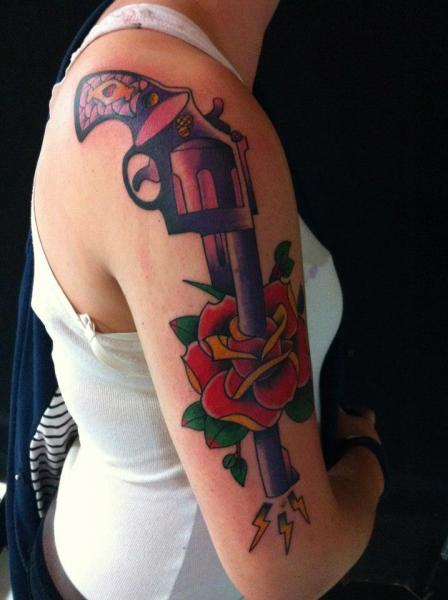 Tatuaggio Braccio Old School Fiore Pistola di World's End Tattoo