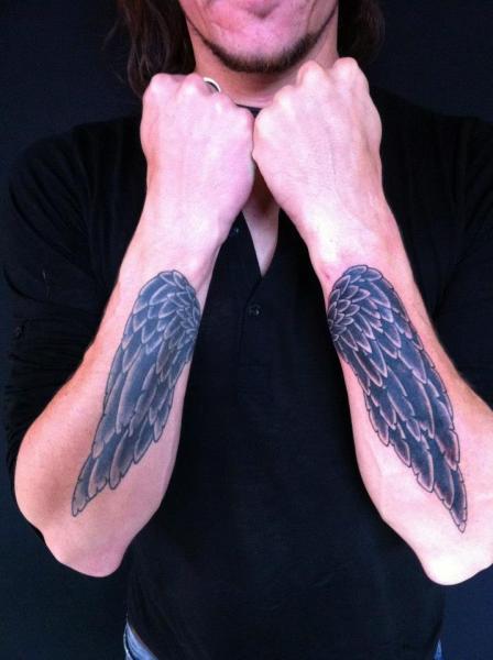 Tatuaje Brazo Alas por World's End Tattoo