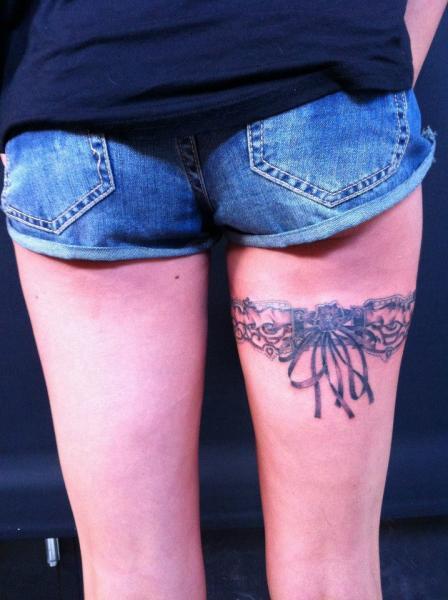 Realistische Bein Strumpfhalter Tattoo von World's End Tattoo