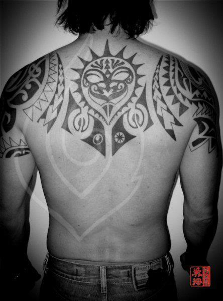 Tatuaje Hombro Espalda Tribal Maori por Ink Tank