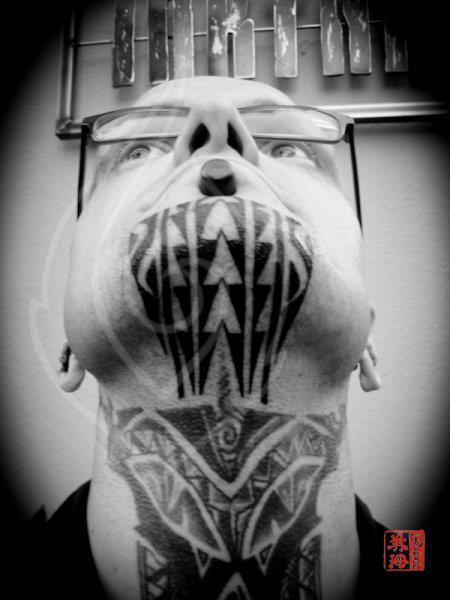 Tatuaggio Tribali Mento di Ink Tank