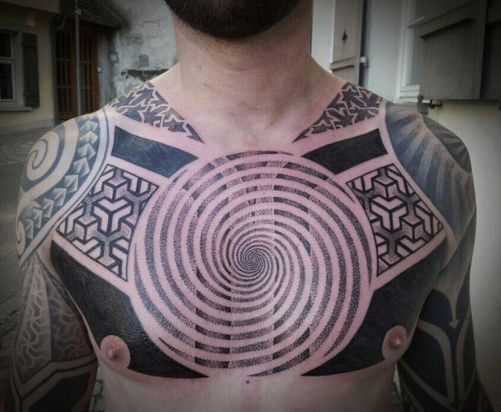 Tatuaje Pecho Tribal Dotwork por Mahakala Tattoo