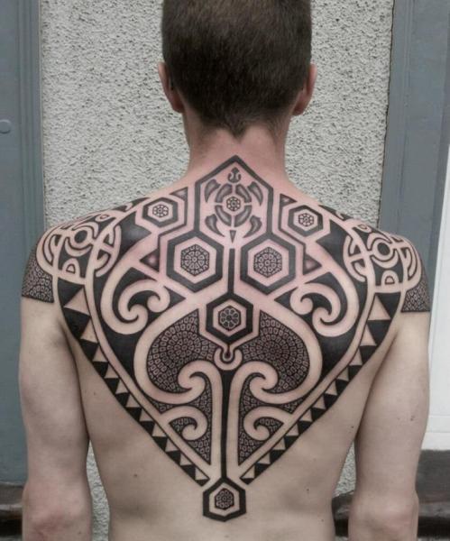 Rücken Tribal Maori Tattoo von Mahakala Tattoo