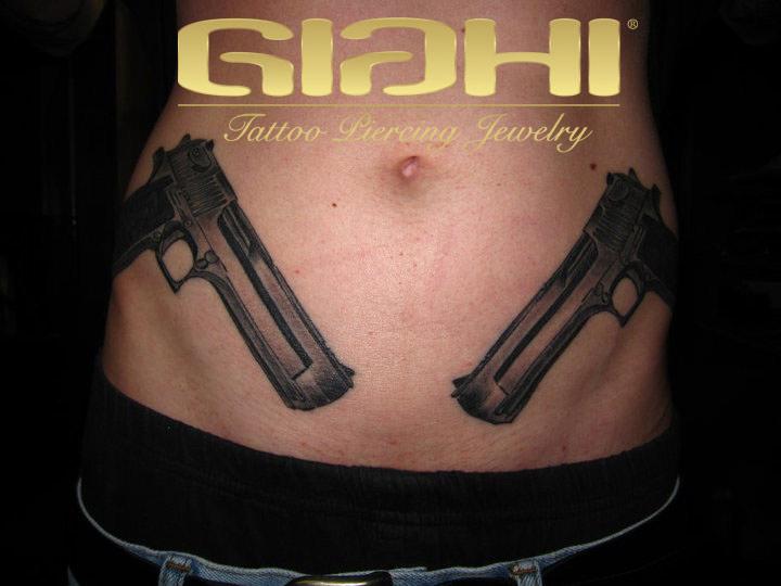 Realistische Waffen Bauch Tattoo von Giahi