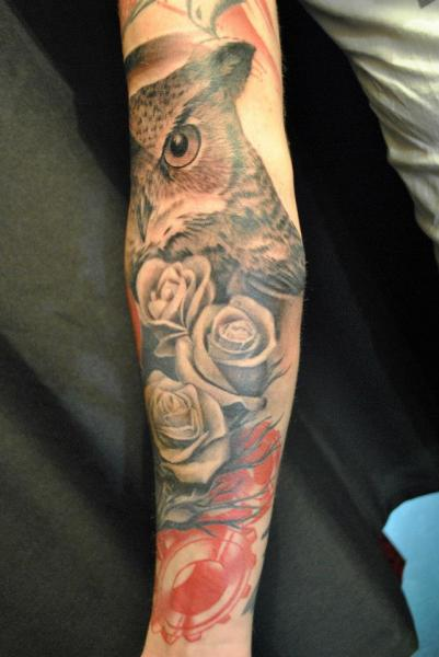 Tatuaje Brazo Realista Búho por Q Tattoo