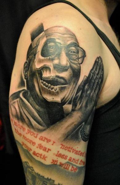 Tatuaggio Spalla Ritratti di Q Tattoo