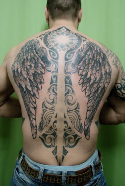Tatuaje Espalda Tribal Alas por Skin Deep Art