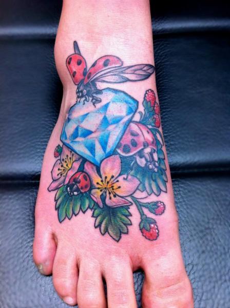 Tatuaggio Piede Diamante Coccinella di Skin Deep Art