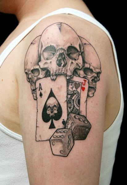 Tatuaje Hombro Cráneo Dados Hacha Tarjeta por Skin Deep Art