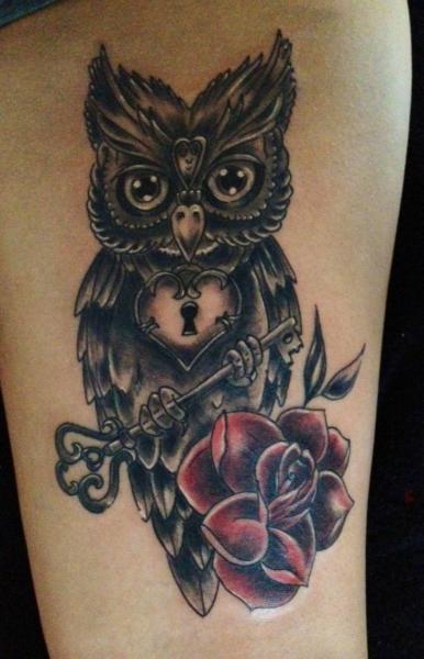 Tatuaje Pierna Flor Búho Clave por Morbid Art Tattoo
