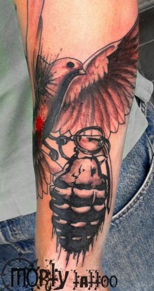 Arm Bombe Taube Tattoo von Stay True Tattoo