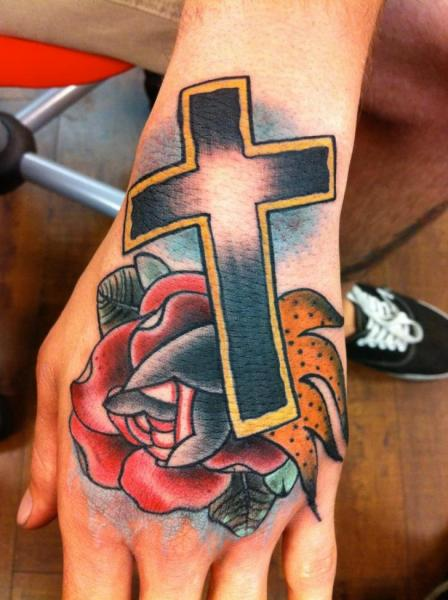 Tatuaje Old School Flor Mano Cruz por Art Junkies Tattoos
