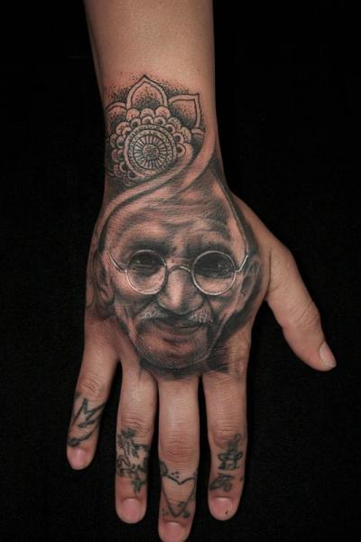 Tatuaggio Ritratti Mano Gandhi di Art Junkies Tattoos