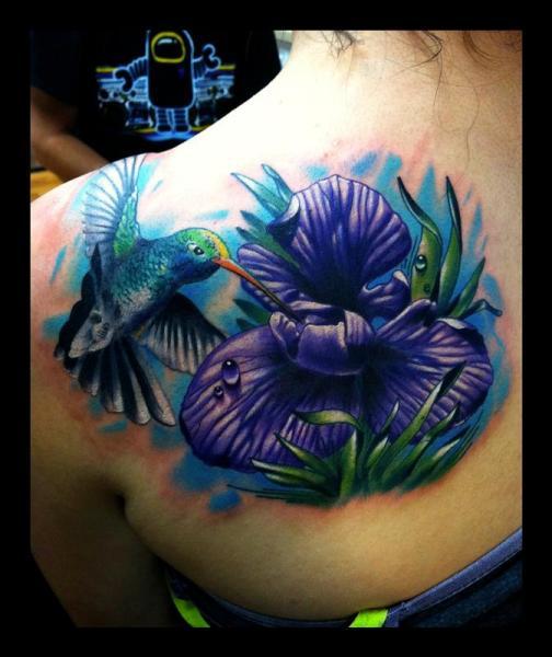 Tatuaje Hombro Realista Flor Colibrí por Art Junkies Tattoos