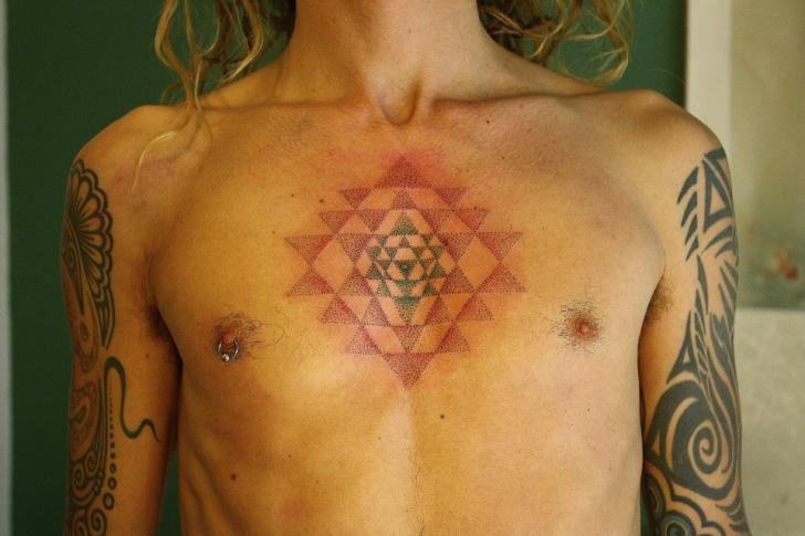 Tatuaje Pecho Dotwork Geométrico por Evil From The Needle