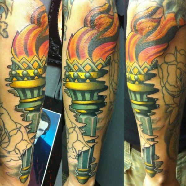 Schulter Flammen Tattoo von Rogue Leader Tattoo