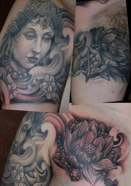 Tatuaggio Spalla Petto Fiore Giapponesi di Silvercrane Tattoo