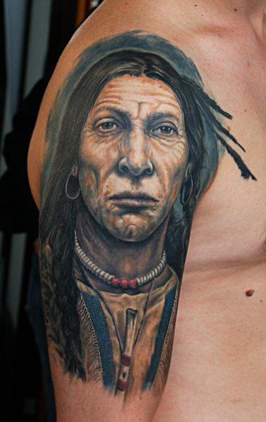 Tatuaje Hombro Brazo Retrato Realista Indio por Roman Kuznetsov Tattoo