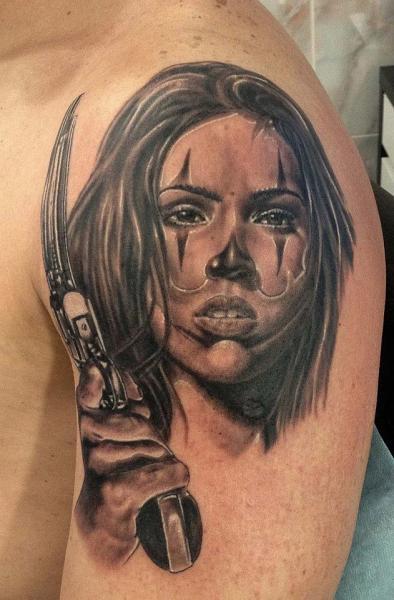 Schulter Porträt Realistische Frauen Waffen Tattoo von Roman Kuznetsov Tattoo