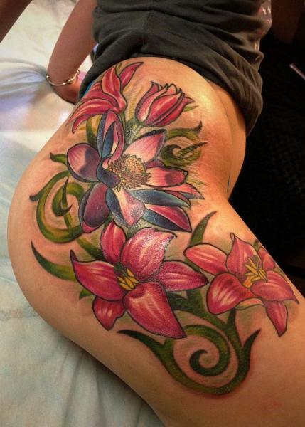 Realistische Bein Blumen Seite Tattoo von Roman Kuznetsov Tattoo