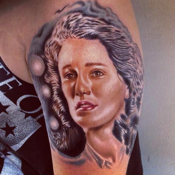 Schulter Porträt Realistische Tattoo von Fatih Odabaş