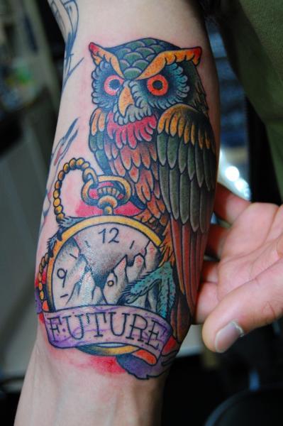 Tatuaje Brazo Reloj Old School Búho por Illsynapse