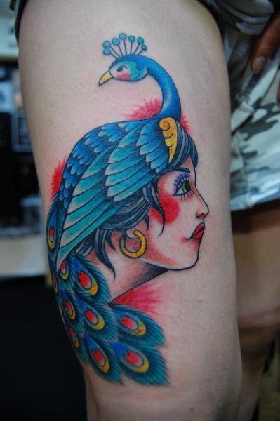 New School Frauen Pfau Oberschenkel Tattoo von Illsynapse