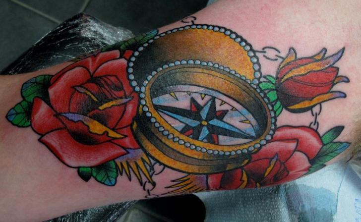 Tatuaggio Braccio New School Fiore Bussola di Nick Baldwin