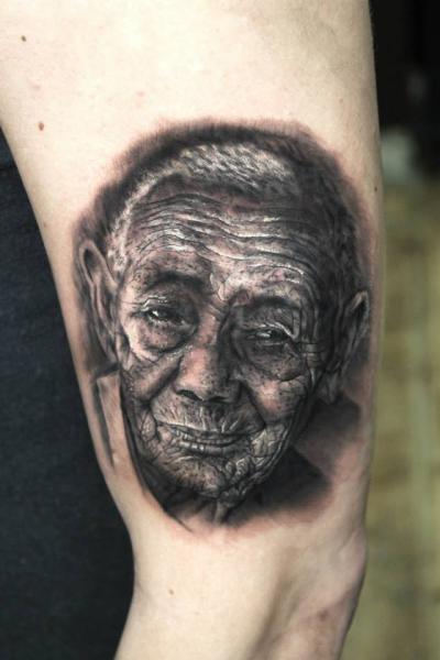 Arm Realistische Tattoo von Georgi Kodzhabashev