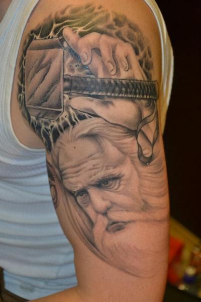Schulter Fantasie Gott Tattoo von Crazy Needle