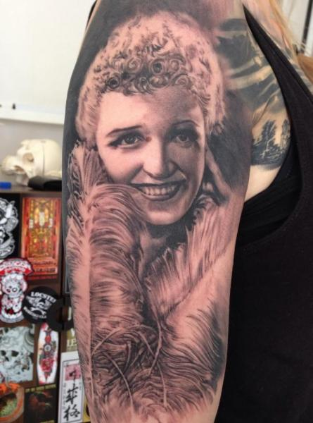 Tatuaje Hombro Retrato Pluma por Putka Tattoos