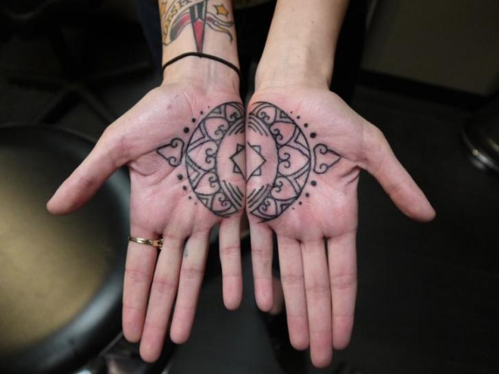 Hand Geometrisch Tattoo von Earth Gasper Tattoo