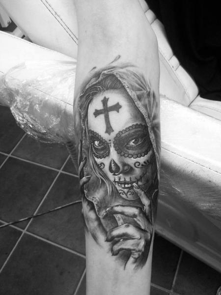 Tatuaje Brazo Cráneo Mexicano por Eddy Tattoo