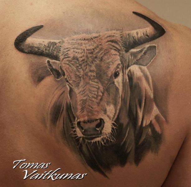 Realistische Rücken Stier Tattoo von Eddy Tattoo