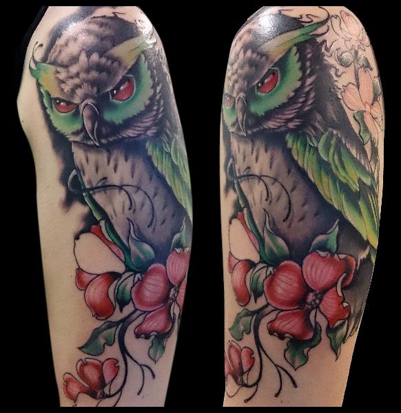 Tatuaje Hombro Flor Búho por No Remors Tattoo