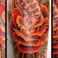 tatuaje Brazo New School Flor por Rock of Age