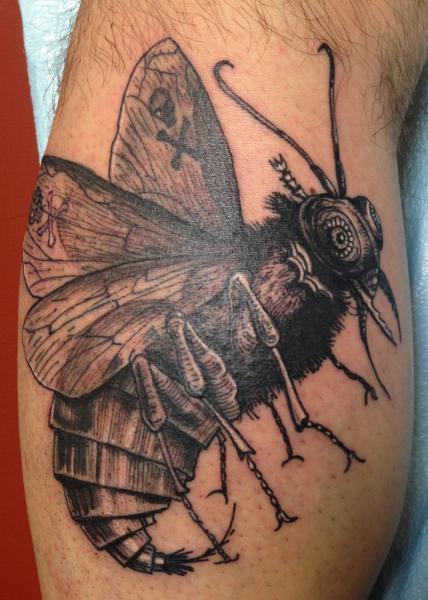 Tatuaje Fantasy Ternero Mosca Dotwork por Three Kings Tattoo