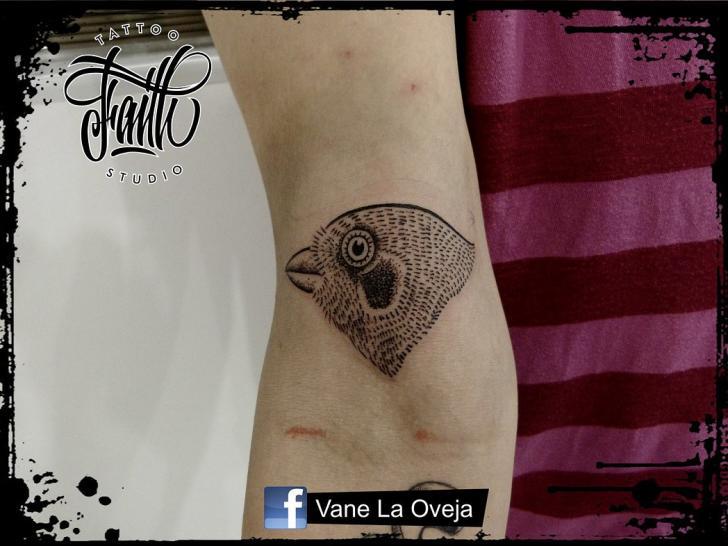 Tatuaje Brazo Dotwork Pájaro por Faith Tattoo Studio
