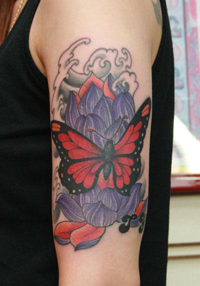 Arm Realistische Blumen Schmetterling Tattoo von Van Tattoo Studio