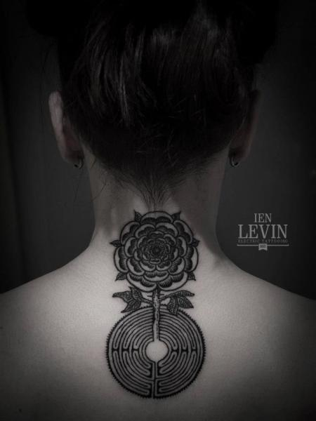 Tatuaje Flor Espalda Dotwork por Ien Levin
